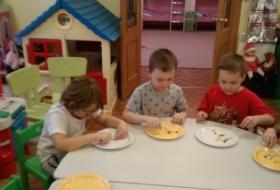 Печем пирог для мам - группа Светлячки